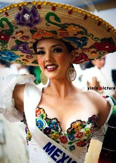 Chapeau / hat - Sombrero - Miss Mexico Mexican Costume, Mexican Party, Mexican Heritage, Mexican Style, Mexican Fashion Style, Mexican Dresses, Mexican Clothing, Mexican Outfit, Mexican American
