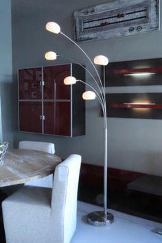 Compacte vloerlamp met 5 geschuurd stalen bogen met witte opale glazen. De glazen kapjes zijn verstelbaar door de kniegewrichtjes. Tevens is het glas rond te draaien om naar het plafond of de wand te schijnen. De metalen bogen kunnen naar eigen smaak horizontaal verdraaid worden, zodat de lamp smaller of juist breder wordt. Voor woonkamer , bank of bij de eettafel . Home interior lights / online shop : click on this link www.rietveldlicht.nl Verzendkosten gratis!