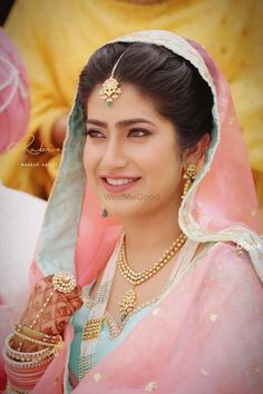 We spotted 18 Brides wearing soft, dewy Makeup on the Wedding Day (Pretty post alert! Sikh Bride, Punjabi Bride, Punjabi Suits, Bridal Dress Design, Bridal Style, Fashion Bazaar, Dewy Makeup, Indian Bridal Fashion, Royal Brides