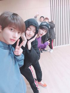Selca with the hyungs♥️♥️Flash!ㅠㅠ Soobin hyung said he closed his eyes for the photo because his eyes have swelled. K Pop, The Dream, Twitter Update, March 4, Young Ones, Kpop Boy, Kpop Groups, K Idols, Korean Boy Bands
