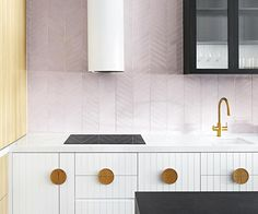 Time to cook up a new look? Be inspired to refresh and renovate the heart of your home with these 20 clever kitchen design ideas. Ikea Kitchen Storage, Kitchen Appliance Storage, Kitchen Benchtops, Kitchen Tiles, Splashback, Greenhouse Interiors, Tile Countertops, Boho Kitchen, Clever Design