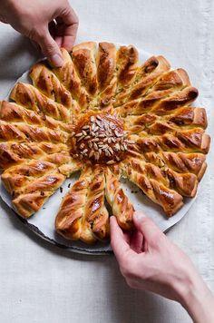 Hungarian Kalacs - Pain soleil torsadé à partager - Pancetta, oignons,  fromage, moutarde et graines de tournesol.