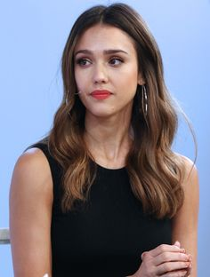 There are differences to Jessica Alba. More recently, Jessica Alba appeared with a bob haircut. Bob Jessica Alba looks more dramatic and mature. Jessica Alba Style, Jessica Alba Dress, Jessica Alba Hot, Maquillaje Jessica Alba, Cabelo Jessica Alba, Jessica Alba Makeup, Easy Hairstyles For Long Hair, Popular Hairstyles, Celebrity Hairstyles