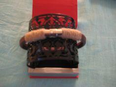 Pulsera masculina confeccionada con cuero regaliz hilo de yute y cierre de acero