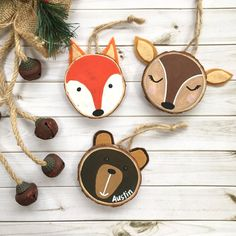 Set of 3 Personalized Woodlands Animal Wood Disc Ornaments. Fox and deer wear custom jewelry. Wald-Set - Set of 3 Personalized Woodlands Animal Wood Disc Ornaments. Fox and deer - Wood Animals, Woodland Animals, Forest Animals, Wood Slice Crafts, Wood Crafts, Decor Crafts, Paper Crafts, Wood Ornaments, Holiday Ornaments