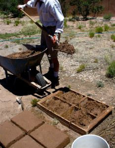 Making Adobe Bricks Trailer Casa, Garden Projects, Projects To Try, Mud House, Adobe House, Tadelakt, Rammed Earth, Earth Homes, Natural Building