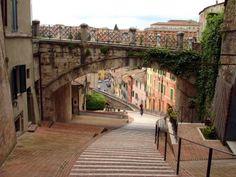 Perugia es la capital de la región de Umbría ubicada cerca del río Tiber, en el centro de la península itálica y pese a ser una ciudad pequeña tiene una amplia vida cultural.. Es una ciudad urbana donde se celebra un famoso festival de jazz en el verano. La ciudad posee importantes restos históricos como por ejemplo el hermoso acueducto romano (en la foto).