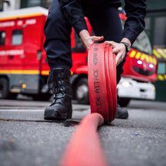 Entraînée à opérer dans des situations exceptionnelles la brigade de sapeurs-pompiers de Paris (BSPP) a fait face avec beaucoup de courage aux 6 attaques terroristes coordonnées qui tuèrent 130 personnes et en blessèrent plus de 300 le 13 novembre dernier à Paris. Unité à part au sein de larmée de Terre son centre névralgique est basé caserne Champerret dans le 17e arrondissement de Paris. Le vendredi 12 février le CEMAT sy est rendu pour décorer les sapeurs déployés le soir des attentats…