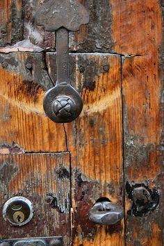Old door detail with a history. Door Knobs And Knockers, Knobs And Handles, Door Handles, Cool Doors, Unique Doors, Door Detail, Photo D Art, Door Furniture, Lounge Decor