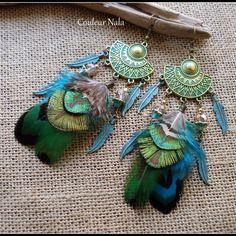 Boucles d'oreilles ethniques, turquoise, plumes de paon vert, plumes métal et perles de verre