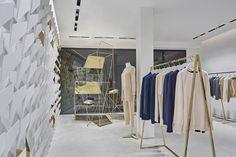 Интерьер магазина выполнен в белом цвете с золотистыми элементами