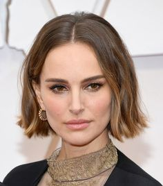 31 of the Best Oscars Beauty Looks Carré court ondulé - Natalie Portman Margot Robbie, Hair Inspo, Hair Inspiration, Golden Brunette, Brunette Hair, Makeup Looks For Green Eyes, Grunge Hair, Bob Hairstyles, Winter Hairstyles
