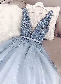Wunderschöne blaue Tüll V-Ausschnitt Open Back Perlen Senior Prom Kleid, Festzug Kleid Gorgeous Blue Tulle V-Neck Open Back Beaded Senior Prom Dress, Pageant Dress largos de baile Senior Prom Dresses, Cute Prom Dresses, Backless Prom Dresses, Tulle Prom Dress, Pageant Dresses, Pretty Dresses, Women's Dresses, Beautiful Dresses, Dress Up