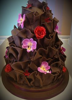 Chocolate ruffle cake with flowers Gorgeous Cakes, Pretty Cakes, Amazing Cakes, Crazy Cakes, Fancy Cakes, Unique Cakes, Creative Cakes, Cupcakes Decorados, Bolo Cake