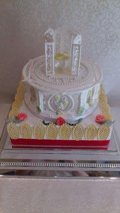 Royal iced collar cake. So pretty!