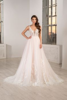 Rochie de mireasa vaporoasa, lejera, in stil grecesc. Acesta rochie de mireasa cu trena este una dintre cele mai usoare dar si sofisticate rochii din colectia Aryanna Karen. Model disponibil pe blush si alb natural. Lace Wedding, Wedding Dresses, All White, Formal Dresses, Model, Fashion, Bridal Dresses, Dresses For Formal, Moda