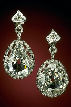 Smithsonian National Museum of Natural History. pear shaped earrings,weigh 14.25 & 20.34 carats,belonged to Marie Antoinette.