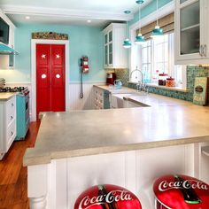 "Kitchen Photos ""vintage Kitchen"" Design, Pictures, Remodel, Decor and Ideas - page 5 dont like to coco cola chairs tho Kitchen Redo, Kitchen Remodel, Kitchen Ideas, 50s Kitchen, Kitchen Board, Kitchen Inspiration, Color Inspiration, Küchen Design, House Design"