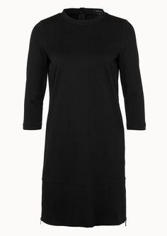 Von der Schnittführung bis zu dem kleinen Stehkragen zeigt sich das Jersey-Kleid ganz im Zeichen der 60ies. Das weiche Material mit Stretch-Anteil bietet höchsten Komfort, während die auffälligen Reißverschluss-Details an den Seiten und die 3/4 Ärmel einen stilechten Akzent setzen. Aus 63% Viskose, 31% Polyamid und 6% Elastan....