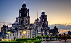 Esta es la Catedral Metropolitana. Es en Ciudad de México. Es la mayor catedral en las Américas. La religión practicada en la catedral es Roman Catholic.