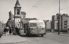 """Tuż przed wojną autobusy Chevrolet EFD 183 stanowiły połowę całego taboru. Na zdjęciu autobus linii """"P"""" jeżdżący na trasie Saska Kępa – plac Unii Lubelskiej. W tle ruiny kościoła św. Aleksandra"""