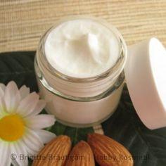 Die Mandelcreme ist eine leichte Creme für normale bis trockene Haut. Sie enthält Mandelöl, Sheabutter, Cetylalkohol, Lamecreme, D-Panthenolund Vitamin E