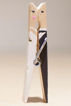 Es handelt sich um liebevoll handbemalte Einzelstücke, die von uns in 10-er Abpackungen angeboten werden. Aufgrund der Verwendung des Naturproduktes Holz können die Klammern in Form und Farbe zwar...