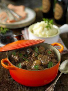 En värmande gryta som får god smak av svartvinbärssaft, soja och porter. Ett potatismos smaksatt med blomkål passar till.
