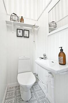 Bathroom Toilets, Laundry In Bathroom, White Bathroom, Small Bathroom, Modern Small House Design, Small Toilet, Tiny Bathrooms, Cabin Interiors, Shabby Chic Kitchen