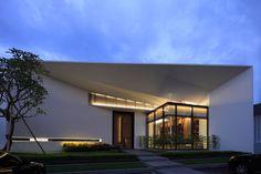 Casa De Flore by Arcadian Architecture+Design    www.bocadolobo.com #modernarchitecture #modernbuildings
