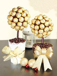 Arbolitos de Ferrero... $400.00 facebook cossifiori... Chocolate Tree, Chocolate Bouquet, Chocolate Gifts, Lollipop Birthday, Sweet 16 Birthday, Lollipop Decorations, Valentine Decorations, Diy Surprise Box, Ferrero Rocher Gift