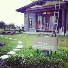 こんにちは、アヤです。先週の土曜日、滋賀県彦根市にある北欧カフェ「vokko(ヴォッコ)」にFikaしに行ってきました。とても素敵でヒュゲリなカフェだったので、皆様にもご紹介しちゃいます。