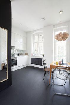#reforma #cocina abierta en apartamento rehabilitado, muebles blancos, frente de mosaico metalizado, suelo color carbón.