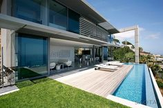 SAOTA – Stefan Antoni Olmesdahl Truen Architects completed Head Road an opulent villa design in Fresnaye, Cape Town. Villa Design, House Design, Conception Villa, Terrasse Design, Infinity Pools, Famous Architects, Level Homes, Modern Luxury, Exterior Design