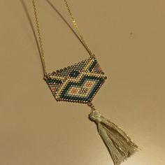 Afficher l'image d'origine Seed Bead Jewelry, Seed Beads, Beaded Jewelry, Bijoux Diy, Brick Stitch, Instagram, Bracelets, Jewelry Ideas, Bead Weaving