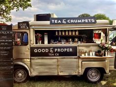 It is important to stand out! This food truck decided to sell tea & crumpets. Food Trucks, Mein Café, Tea And Crumpets, Food Vans, Meals On Wheels, Mini Camper, Coffee Truck, High Tea, Afternoon Tea