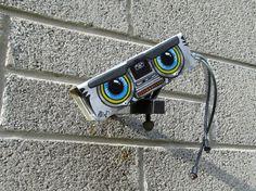 de Britse straatkunstenaar JPS, hij maakt met name kleine stencils van verschillende lagen, installaties en schilderijen in steden. Zijn werk wordt sterk beïnvloed door cartoons, iconen van de popcultuur en horror film personages.