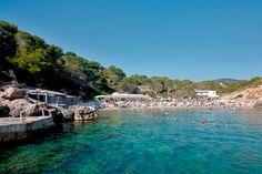 Ambiente familiar en la pequeña playa de Cala Carbó, Ibiza. Family atmosphere in the small beach of Cala Carbo, Ibiza.