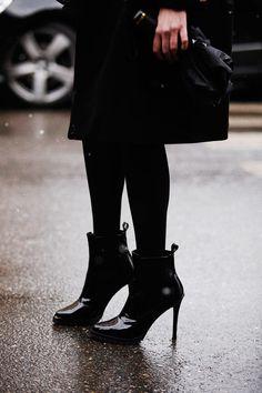 Fotos de street style en Milan Fashion Week: Cómo hacer brillar un look total black