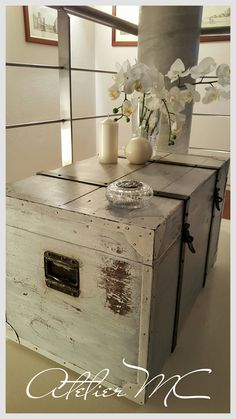 Relooking baule in legno. Colore bianco caldo. Finitura a cera.
