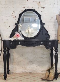 Painted Cottage Shabby Romantic Vanity I love,love, love vanities Cottage Chic, Shabby Cottage, Cottage Style, Shabby Chic, Black Painted Furniture, Old Furniture, Vintage Furniture, Tocador Vanity, Cama Vintage