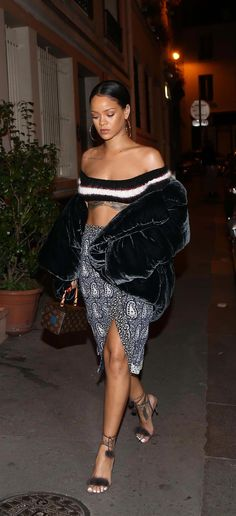 Pop diva is in town for Paris Fashion Week , Rihanna shows off her impressive abs in world's smallest crop top as she arrives in Photos Rihanna, Rihanna Show, Looks Rihanna, Mode Rihanna, Rihanna Outfits, Rihanna Style, Rihanna Fenty, Celebrity Outfits, Celebrity Look