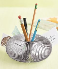 desk top organization—slinky pencil holder #officeorganization