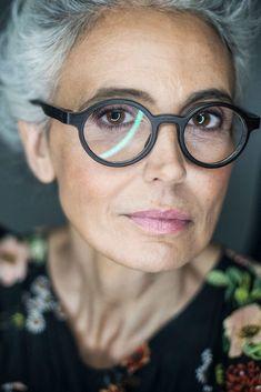 women-grey-hair-glasses-editorial-commercial-beautiful-spain-milva-mother-face-p., redaktionelle women-grey-hair-glasses-editorial-commercial-beautiful-spain-milva-mother-face-p. Grey Hair And Glasses, Cool Glasses, Glasses Style, Grey Hair Inspiration, Face P, Short Grey Hair, Grey Hair Over 50, Fashion Eye Glasses, Ageless Beauty