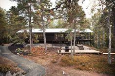 Una vista esterna della villa perfettamente mimetizzata nel paesaggio boscoso