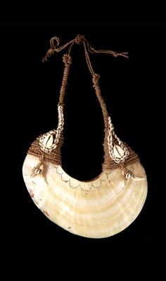 Pectoral (kina) from Papua New Guinea, East Sepik Province. Shell, basket woven fiber, shells and possum teeth Shell Jewelry, Shell Necklaces, Stone Jewelry, Jewelry Necklaces, Hippie Jewelry, Tribal Jewelry, Art Premier, African Jewelry, Tribal Necklace