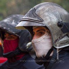 Portrait d'un sapeur-pompier lors d'un brûlage en extérieur [Ref:2116-52-0294] #firefighter #sapeurspompiers #portrait #balaclava #regard