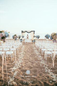 A seaside italian wedding in 2019 weddings bruiloft strand, Beach Wedding Aisles, Beach Ceremony, Seaside Wedding, Beach Wedding Decorations, Summer Wedding, Wedding Ceremony, Wedding Venues, Dream Wedding, Trendy Wedding