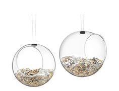 Mangeoir à oiseaux en acier inoxydable, silicone et verre soufflé bouche (diam.: 12,3 cm), Eva Solo. 29,95 euros.