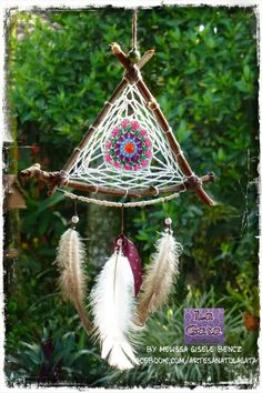Filtro dos Sonhos / Atrapasueños / Dream Catcher - by LA GATA - Melissa Gisele… Dream Catcher Mobile, Small Dream Catcher, Diy Home Crafts, Arts And Crafts, Sun Catchers, Driftwood Macrame, Camping Crafts, Diy Wall Art, Wind Chimes